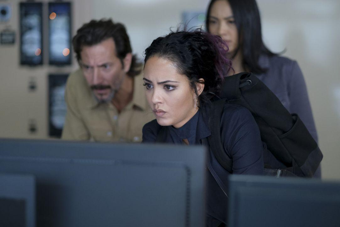 (v.l.n.r.) Russ Taylor (Henry Ian Cusick); Riley Davis (Tristin Mays); Desi Nguyen (Levy Tran) - Bildquelle: Mark Hill 2020 CBS Broadcasting, Inc. All Rights Reserved. / Mark Hill