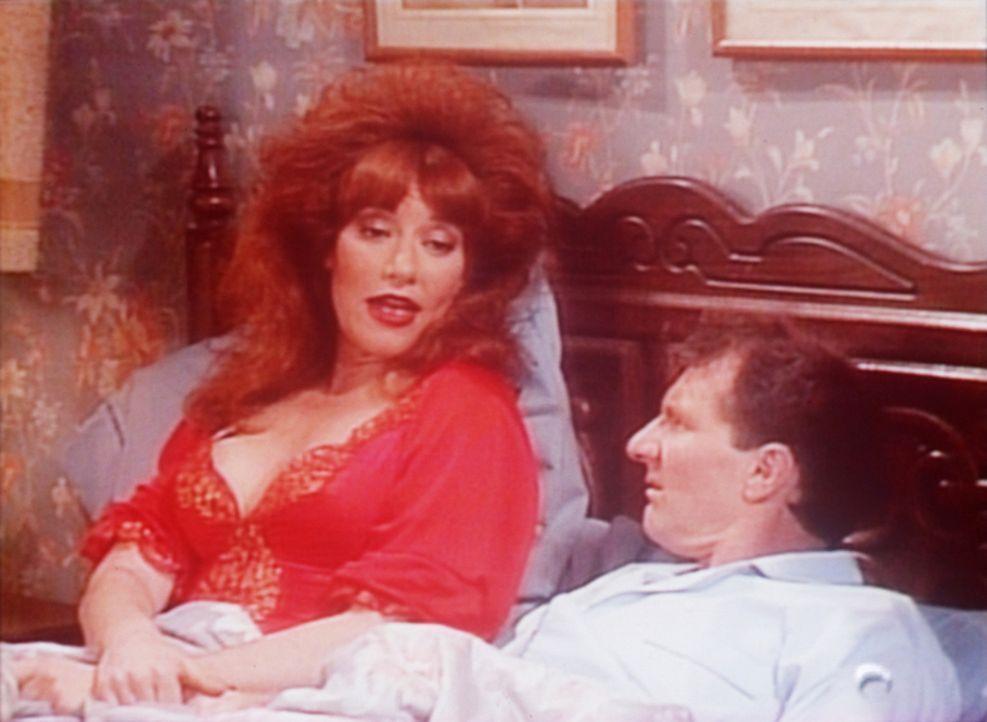 Peggy (Katey Sagal, l.) versucht Al (Ed O'Neill, r.) zu beruhigen, der einen Alptraum hatte. - Bildquelle: Columbia Pictures