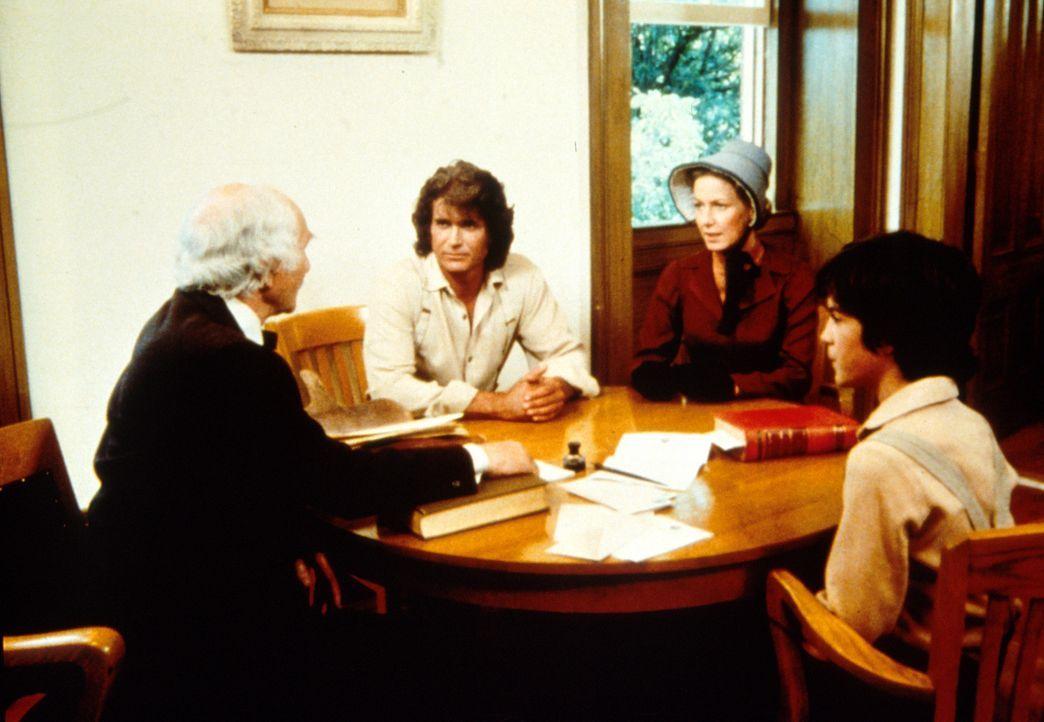 Richter Adams (John Zaremba, l.) teilt Charles (Michael Landon, 2.v.l.) und Caroline Ingalls (Karen Grassle, 2.v.r.) mit, dass der leibliche Vater v... - Bildquelle: Worldvision