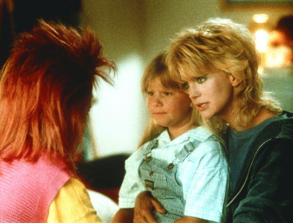 Nicht nur die dickköpfigen Footballspieler, sondern auch ihre Töchter Alice (Robyn Lively, l.) und Marian (Brandy Gold, M.) bereiten Molly McGrath... - Bildquelle: Warner Bros.