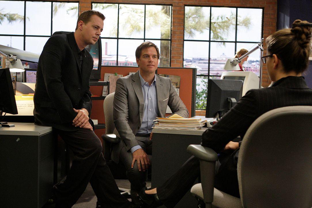 Nachdem Ziva ihren Dienst beim NCIS-Team gekündigt hat, muss eine Nachfolgerin gefunden werden. McGee (Sean Murray, l.) und Tony (Michael Weatherly,... - Bildquelle: CBS Television