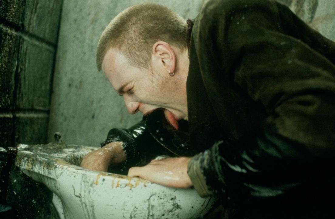 Erkennt eines Tages die Sinnlosigkeit eines Tuns und beschließt 'clean' zu werden. Doch wird Renton (Ewan McGregor) es wirklich schaffen? - Bildquelle: Universal Pictures