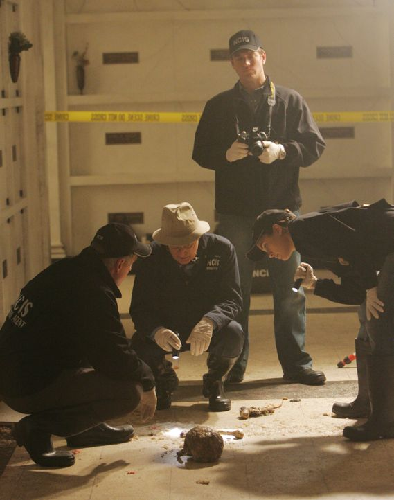 Nach einer Explosion auf dem Militärfriedhof findet man in der zerstörten Gruft Überreste mehrerer Leichen, die dort ursprünglich nicht begraben wur... - Bildquelle: CBS Television