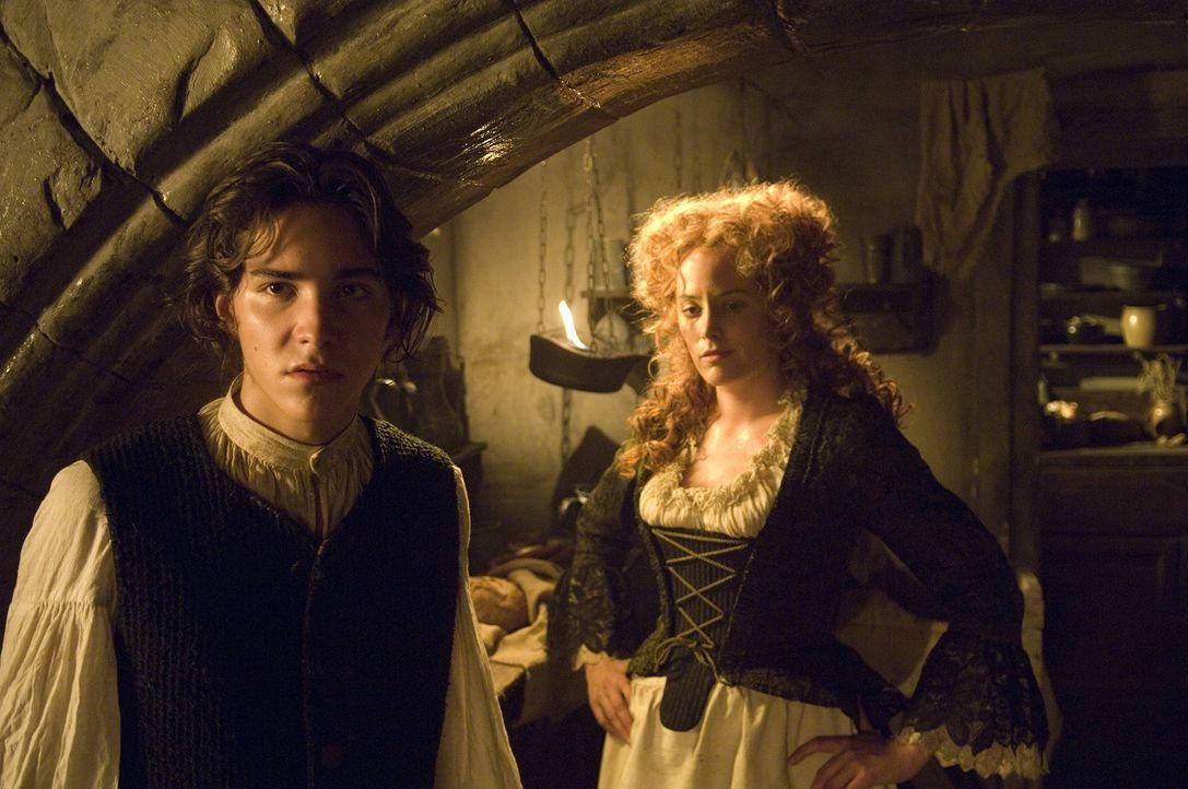 Jim Hawkins (François Goeske, l.) und seine Mutter (Silke Bodenbender, r.) bekommen ziemlich unangenehme Gäste ... - Bildquelle: Gordon Mühle ProSieben