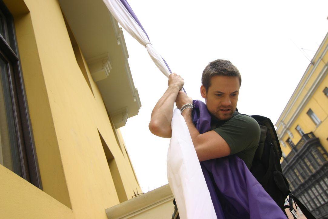 Soldaten dringen in das Gebäude ein und sind hinter Jack (Shane West) her. Ihm bleibt nur die Flucht über den Balkon ...