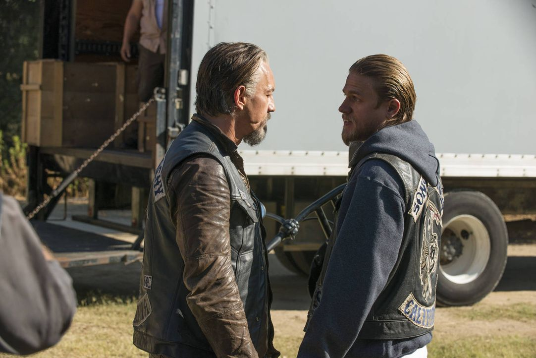 Ziehen an einem Strang: Chibs (Tommy Flanagan, l.) und Jax (Charlie Hunnam, r.) ... - Bildquelle: 2012 Twentieth Century Fox Film Corporation and Bluebush Productions, LLC. All rights reserved.
