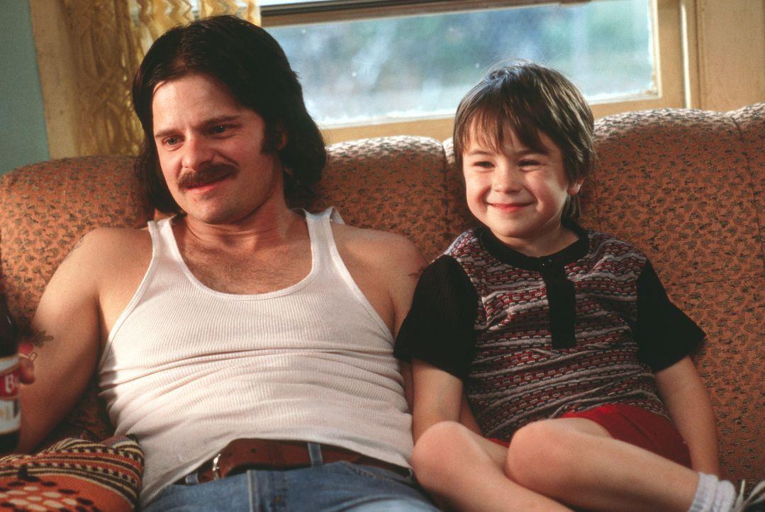 Als Ray (Steve Zahn, l.) sechs Jahre nach der Geburt ihres gemeinsamen Sohnes Jason (Cody Arens, r.) gesteht, heroinsüchtig zu sein und ihre gesamte... - Bildquelle: 2003 Sony Pictures Television International. All Rights Reserved.