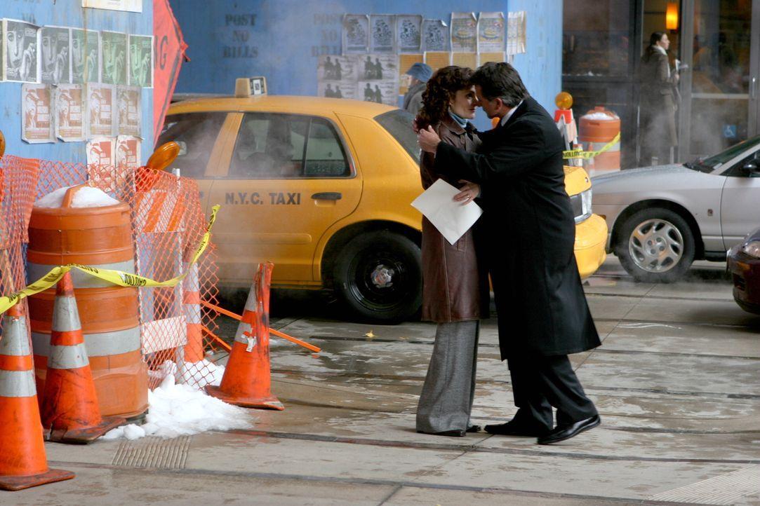 Anne Cassidy (Mary Elizabeth Mastrantonio, l.) und Jack Malone (Anthony LaPaglia, r.) kommen sich näher ... - Bildquelle: Warner Bros. Entertainment Inc.