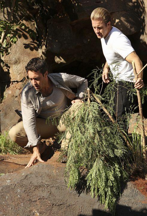 Steve (Alex O'Loughlin, l.) und Danny (Scott Caan, r.) unternehmen einen Wanderausflug in die Berge und machen dort eine schreckliche Entdeckung ... - Bildquelle: 2011 CBS BROADCASTING INC.  All Rights Reserved.