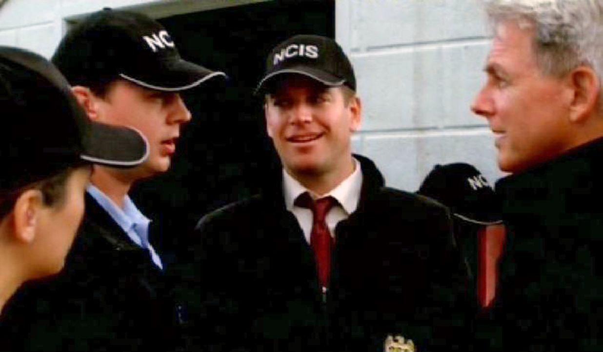 Gibbs (Mark Harmon, r.) und seine Teamkollegen Anthony DiNozzo (Michael Weatherly, 2.v.r.), Timothy McGee (Sean Murray, 2.v.l.) und Ziva David (Cote... - Bildquelle: CBS Television