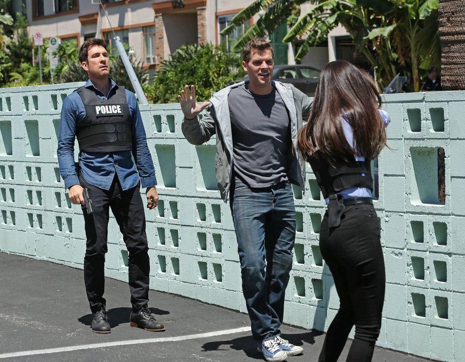 Während ihrer Hochzeit wird eine Braut von einem Scharfschützen erschossen. Beth (Maggie Q, r.) und Jack (Dylan McDermott, l.) müssen nun herausfind... - Bildquelle: Warner Bros. Entertainment, Inc.