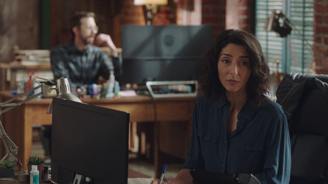 Sebastian Lund (Rob Kerkovich, l.); Hannah Khoury (Necar Zadegan, r.) - Bildquelle: 2021 CBS Broadcasting Inc. All Rights Reserved.