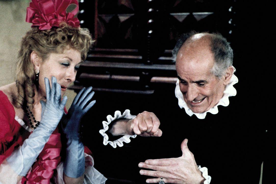 """Frosine (Claude Gensac, l.) beobachtet mit Entsetzen, wie sich Harpagon (Louis de Funès, r.) selbst """"verarztet"""" ... - Bildquelle: Sylvie Lancrenon"""