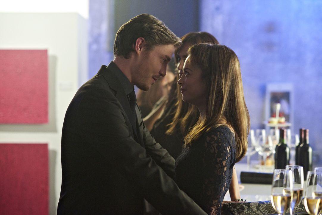 Nach wie vor umgarnt Evan (Max Brown, l.) Catherine (Kristin Kreuk, r.), doch die ist von dem Katz-und-Maus-Spiel eher genervt ... - Bildquelle: 2012 The CW Network, LLC. All rights reserved.