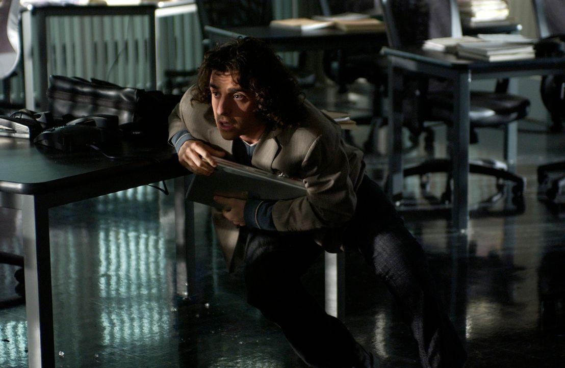 Auf das FBI-Büro wird ein Überfall verübt, dabei schlägt dicht neben Charlie (David Krumholtz) eine Kugel in eine Tafel ein. Daraufhin beschließt er... - Bildquelle: Paramount Network Television