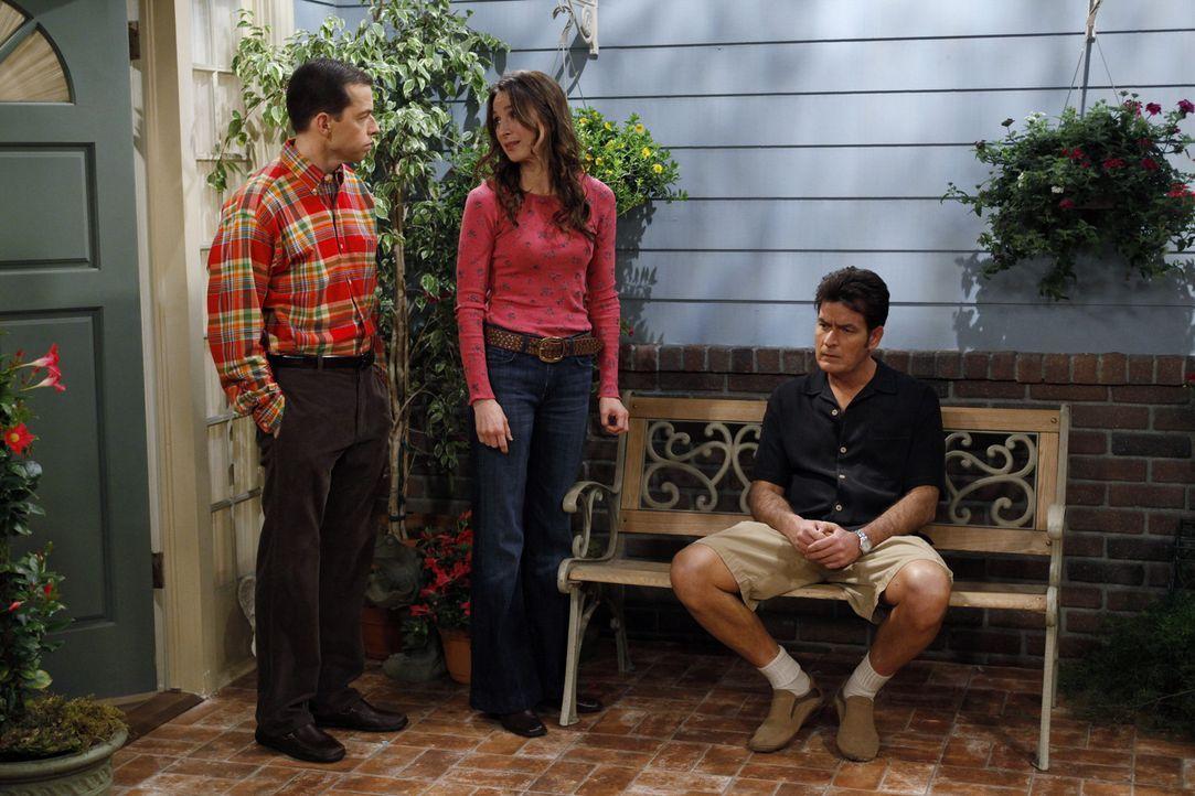 Judith (Marin Hinkle, M.) ist besorgt um Charlie (Charlie Sheen, r.) und fühlt mit ihm, was Alan (Jon Cryer, l.) allerdings nicht verstehen kann, d... - Bildquelle: Warner Brothers