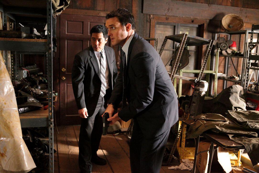 Ermitteln in einem neuen Fall: Wayne (Owain Yeoman, r.) und Kimball (Tim Kang, l.) ... - Bildquelle: Warner Bros. Television