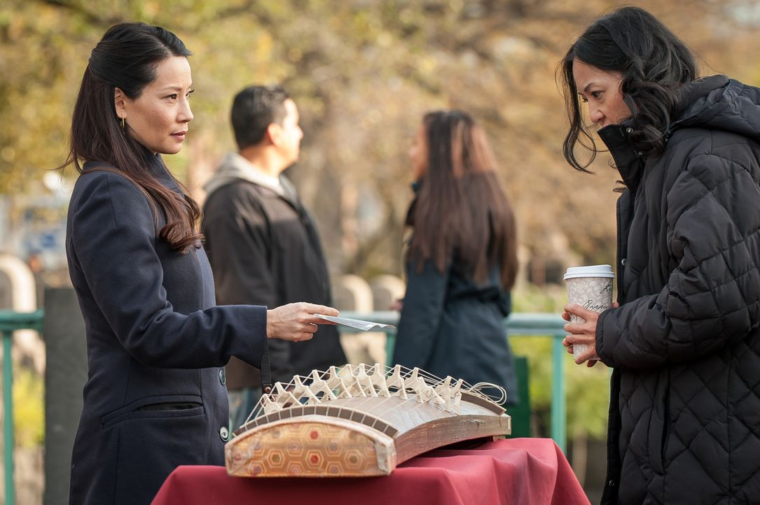 Nachdem sie eine Krankenschwester, mit der sie früher zusammengearbeitet hat, um Hilfe bittet, macht sich Watson (Lucy Liu, l.) auf die Suche nach d... - Bildquelle: CBS Television