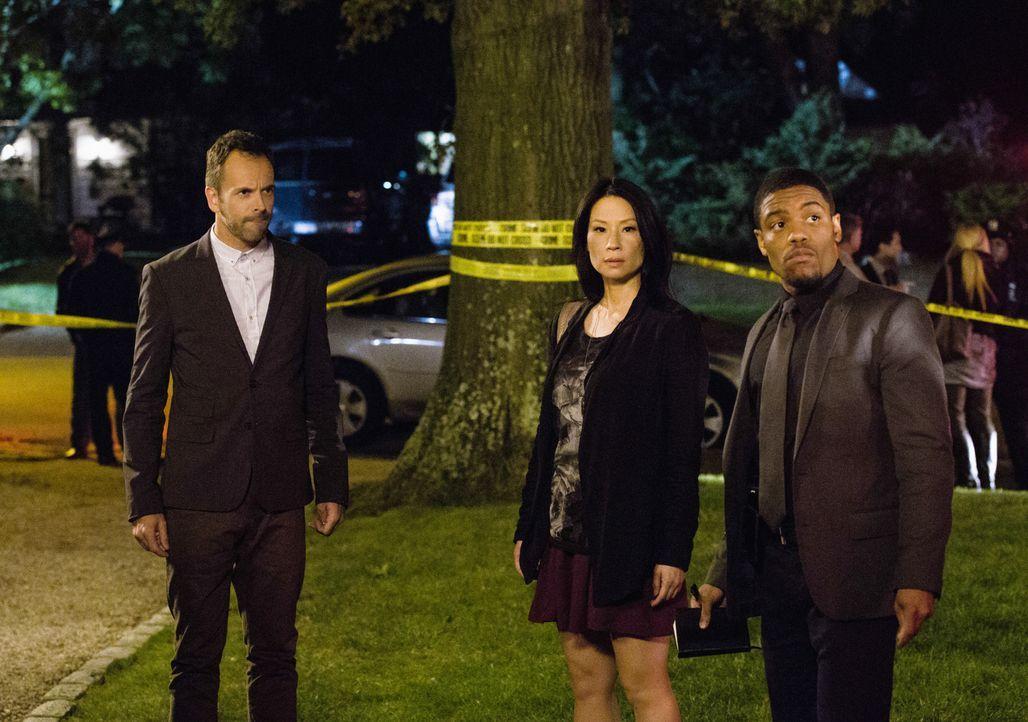 Als in das Haus von Captain Gregson eingebrochen wird, gehen Sherlock Holmes (Jonny Lee Miller, l.), Joan Watson (Lucy Liu, M.) und Detective Bell (... - Bildquelle: CBS Television