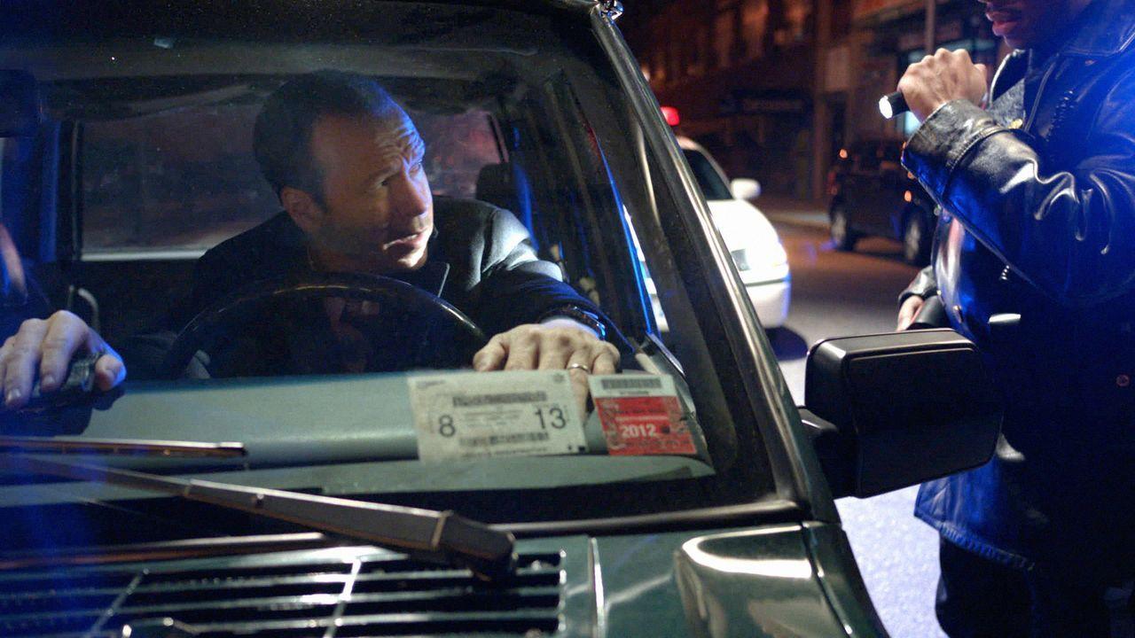 Eine eigentlich harmlose Routinekontrolle wird dem eh schon dauergestressten Danny (Donnie Wahlberg) zum Verhängnis ... - Bildquelle: 2012 CBS Broadcasting Inc. All Rights Reserved.