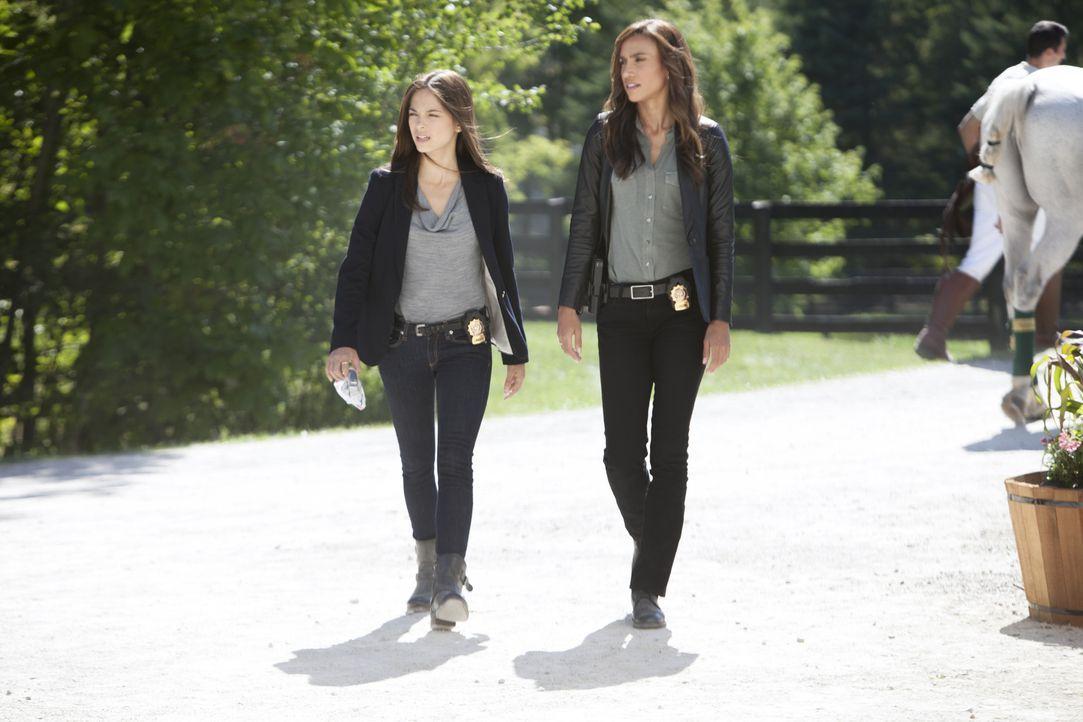 Ihre Ermittlungen führen Tess (Nina Lisandrello, r.) und Cat (Kristin Kreuk, l.) zu einem Polo-Kurs für benachteiligte Jugendliche ... - Bildquelle: 2012 The CW Network, LLC. All rights reserved.