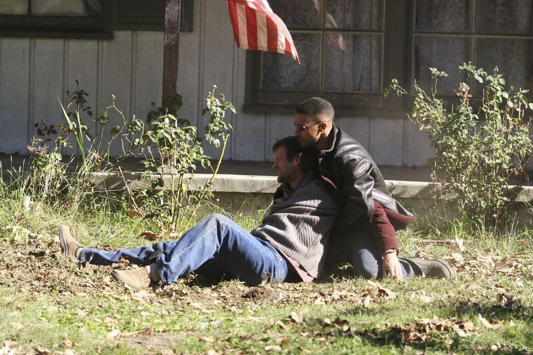 Special Agent Derek Morgan (Shemar Moore, r.) versucht William Copeland (Dwier Brown, l.) zurückzuhalten ... - Bildquelle: Touchstone Television