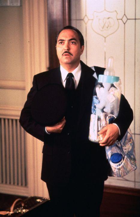 Paco (Miguel Sandoval ) ein paar Kleinigkeiten für den Nachwuchs der Familie Winterbourne. - Bildquelle: Sony Pictures Television International