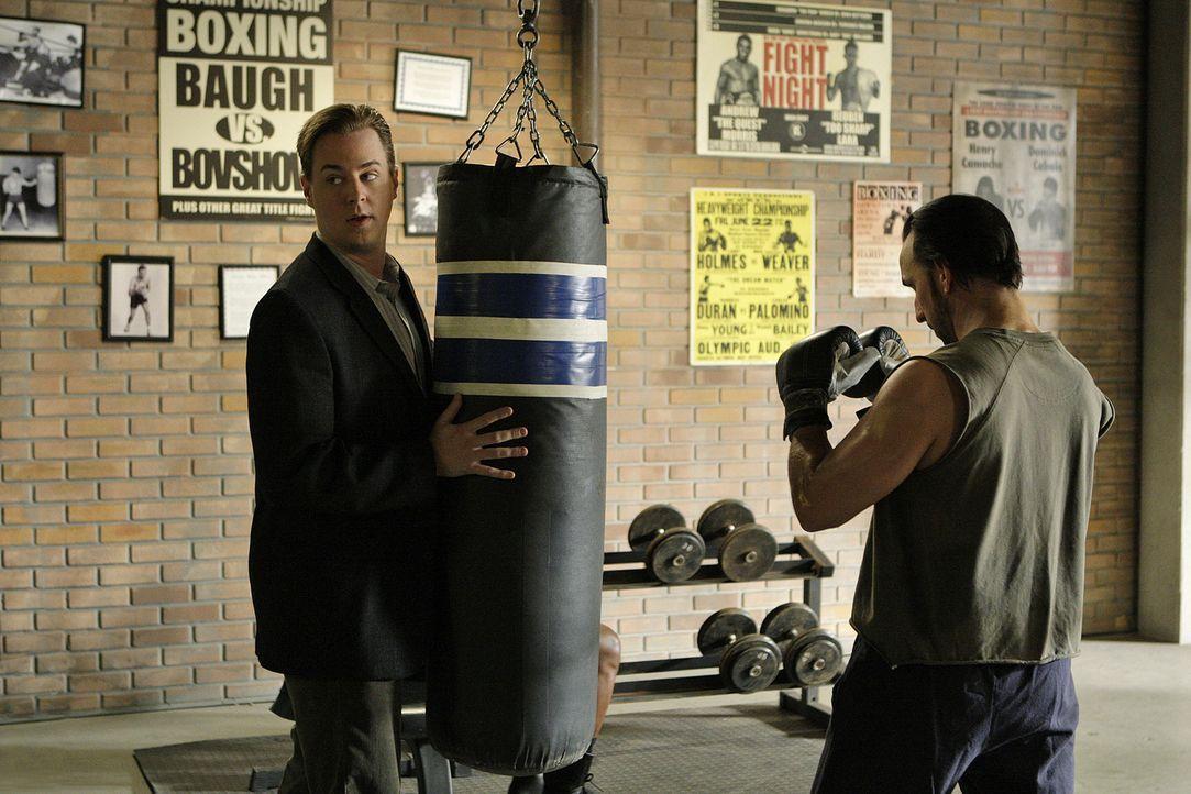 McGee (Sean Murray, l.) versucht etwas über den Mord von Vance Freund, Tyler Owens, herauszufinden ... - Bildquelle: CBS Television