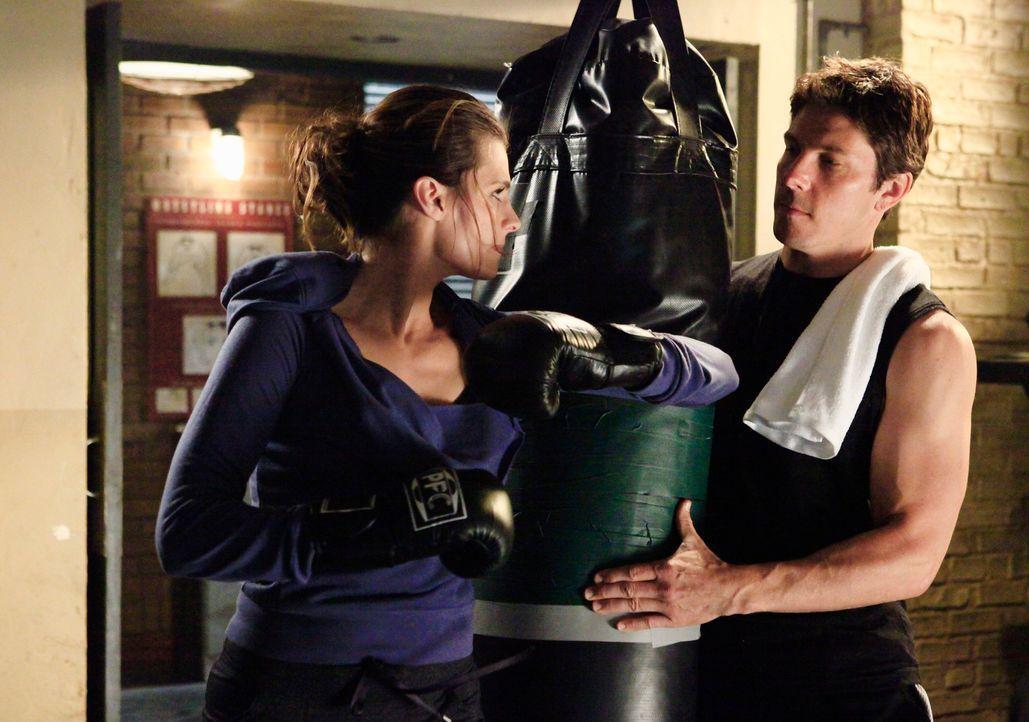 Beim Training mit der attraktiven Kate (Stana Katic, l.) steckt Det. Tom Demming (Michael Trucco, r.) gern ein paar Schläge ein ... - Bildquelle: ABC Studios