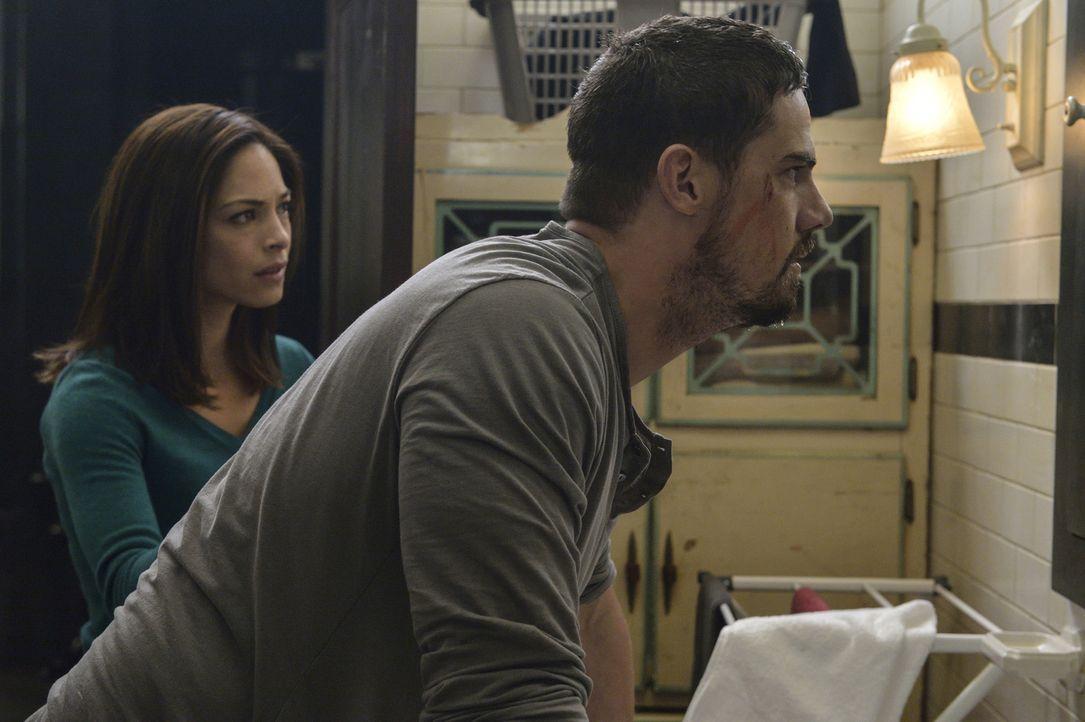 Cat (Kristin Kreuk, l.) und Vincent (Jay Ryan, r.) sind der Verzweiflung nahe, als sie erkennen, dass es inzwischen kaum noch möglich ist, Vincents... - Bildquelle: Ben Mark Holzberg 2016 The CW Network. All Rights Reserved.