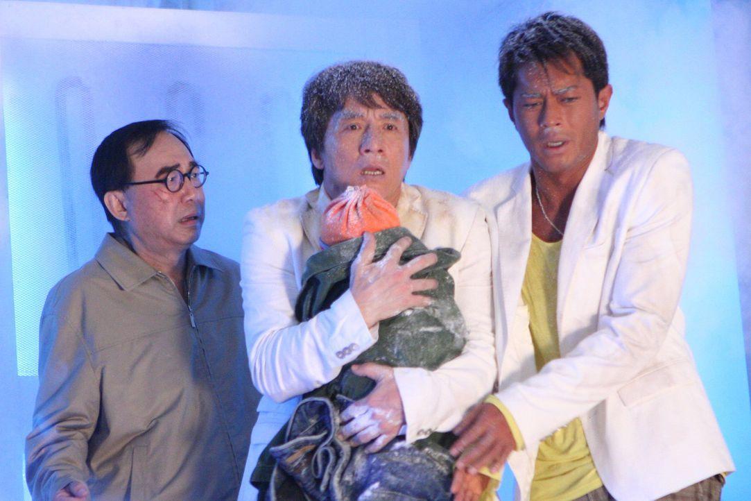 Eines Tages lassen sich die Einbrecher Thongs (Jackie Chan, M.) und Octopus (Louis Koo, r.) und Gangsterboss Landlord (Michael Hui, l.) dazu überre...