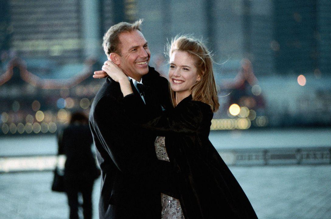 Seine Freundin Jane (Kelly Preston, r.) ist gerade dabei ihn zu verlassen, die Sportkarriere geht zu Ende, und Billy (Kevin Costner, rl.) weiß, das... - Bildquelle: 1999 Universal Studios. All Rights Reserved.