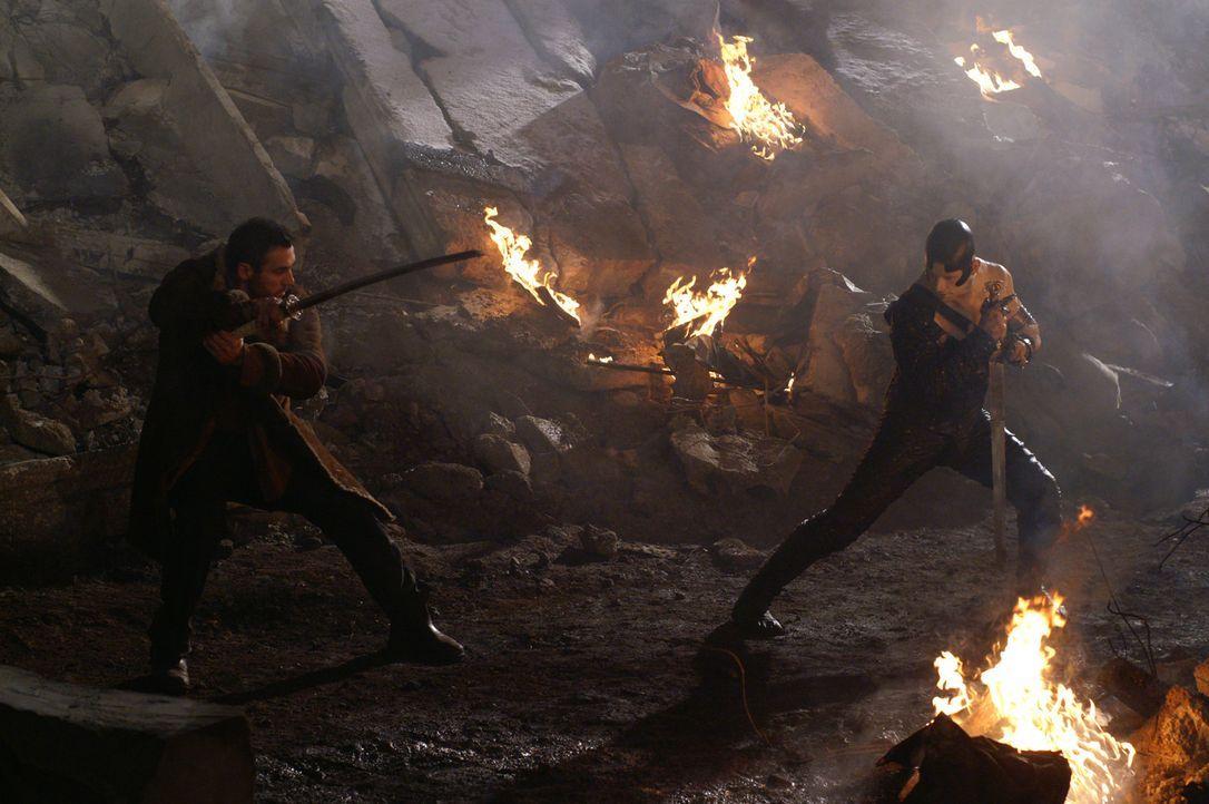 Methos warnt Duncan (Adrian Paul, l.), dass er, je näher er der Quelle kommt, umso mehr Kräfte einbüßt. Doch im Kampf gegen den Wächter (Cristi... - Bildquelle: Lions Gate Films