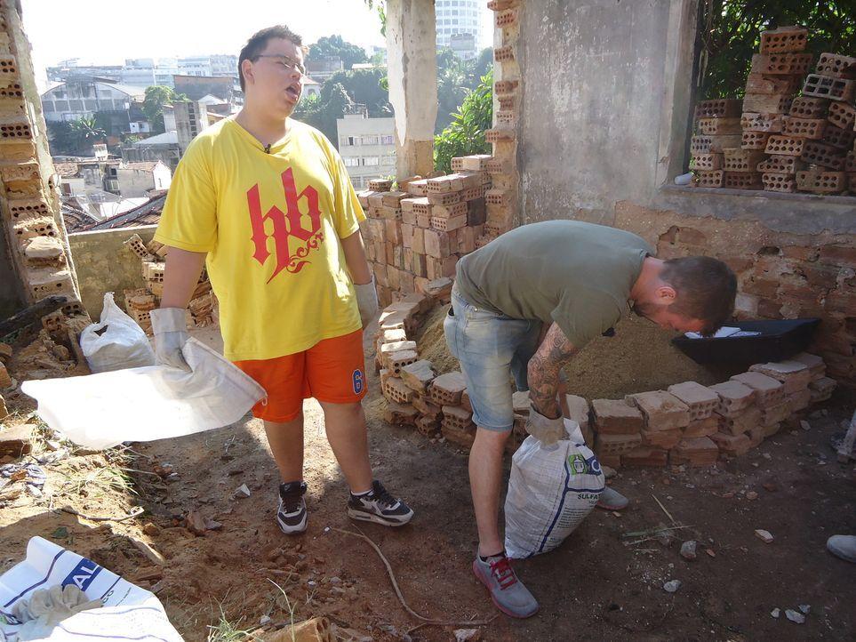 Der schwererziehbare Jason (l.) soll beim Bau eines sozialen Treffpunktes in der Favela Morro do Estado, einem der ärmsten Viertel Rio de Janeiros,... - Bildquelle: kabel eins