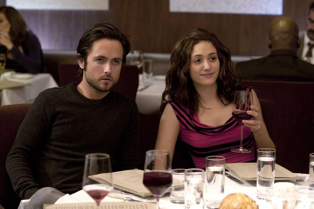 Fiona (Emmy Rossum, r.) ist froh, endlich Jimmy alias Steve (Justin Chatwin, l.) wieder zu haben, doch dieser scheint als einziger zu merken, dass s... - Bildquelle: 2010 Warner Brothers