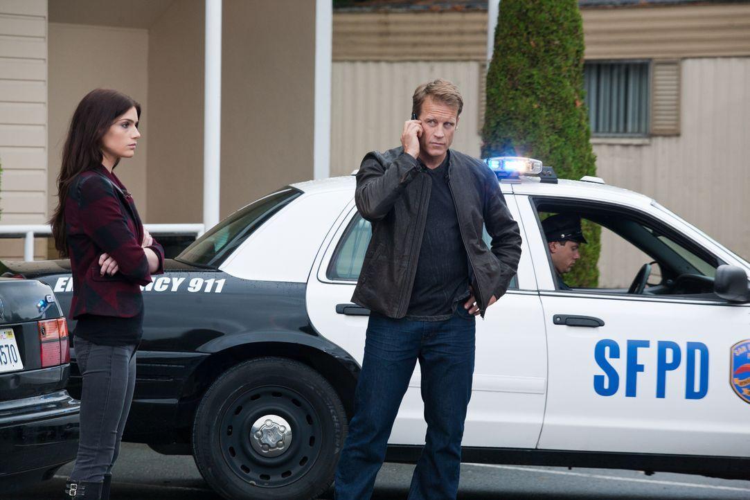 Anscheinend sind nicht nur Gauner an dem Klienten, der sich an nichts erinnert, interessiert, sondern auch die Polizei. Leicht wird dieser Job für C... - Bildquelle: 2011  Warner Bros.