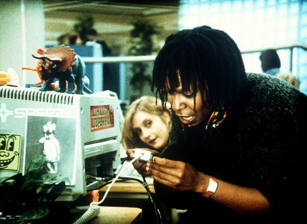 Terry (Whoopi Goldberg, r.) glaubt, ihren Augen nicht trauen zu können: Auf ihrem Bildschirm erscheint ein mysteriöser Hilferuf, doch auch ihre Ko... - Bildquelle: 20th Century Fox