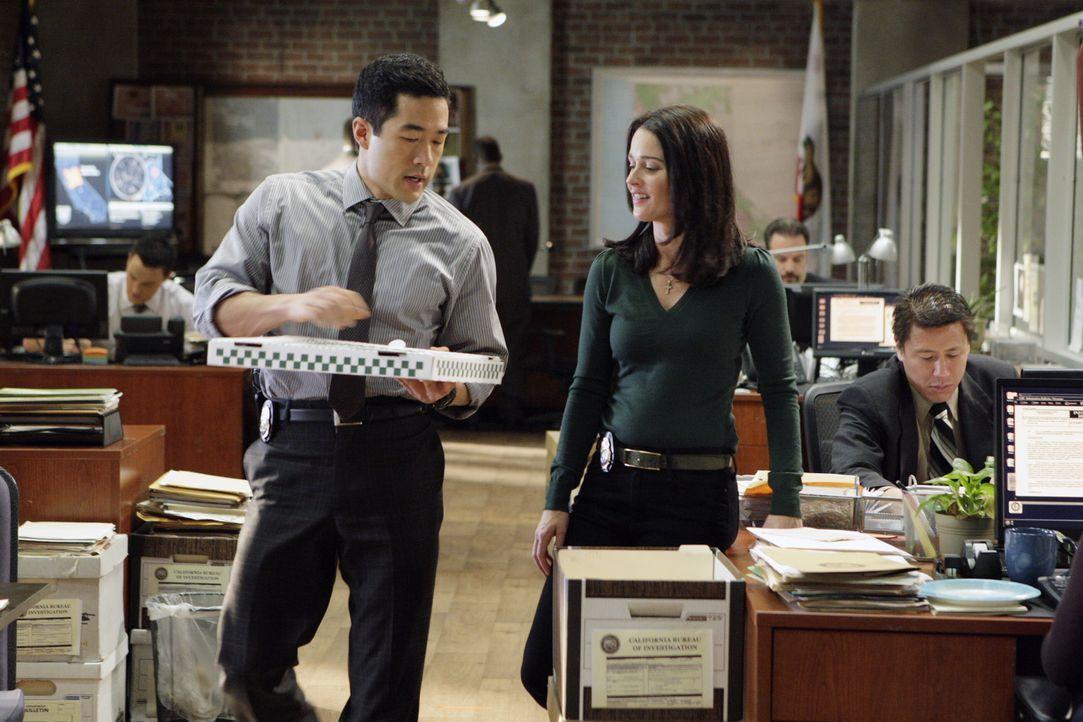 Nachdem ein Mann, der unter Hypnose stand, die Leiche von Mary Beth Hendrix, in die CBI-Zentrale geschleppt hat beginnen für Kendall (Tim Kang, l.),... - Bildquelle: Warner Bros. Television
