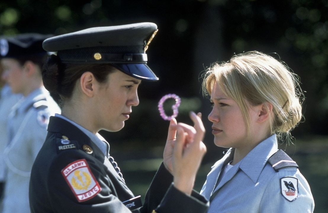 Erst als die patente Jennifer (Christy Carlson Romano, l.) ihr beisteht, findet sich Kelly (Hilary Duff) allmählich auf der Militärakademie zurech... - Bildquelle: Walt Disney Television