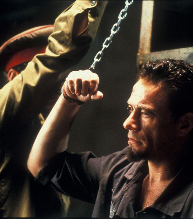 Zunächst will Kyle (Jean-Claude Van Damme) sich nicht unterordnen, lernt aber schließlich, dass er nur über den Kampf seine Freiheit wieder erlan... - Bildquelle: NU IMAGE