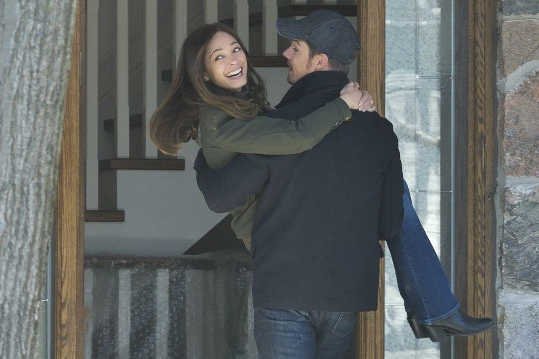 Vincent (Jay Ryan, r.) und Cat (Kristin Kreuk, l.) nehmen ein Angebot von Agent Knox an, um ein normales Leben führen zu können. Doch das scheint le... - Bildquelle: 2013 The CW Network, LLC. All rights reserved.