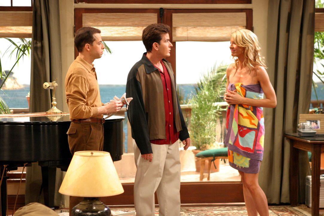 Frankie (Jenna Elfman, r.) sorgt für Unruhe zwischen Alan (Jon Cryer, l.) und Charlie (Charlie Sheen, M.) ... - Bildquelle: Warner Brothers Entertainment Inc.