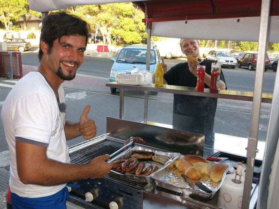 Für Frank aus Bad Homburg geht's um die Wurst: Er will auf Sardinien mit einem Imbiss-Mobil unbedingt deutsche Bratwürste grillen und verkaufen ... - Bildquelle: kabel eins