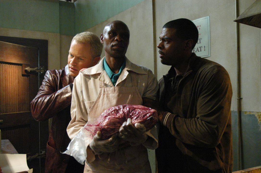 Powell (Troy Winbush, l.) hält Wali (Fredson Mayiek, M.) zurück, damit sie nicht wegläuft, während Connor (Neal McDonough, r.) ihre Lungen abhö... - Bildquelle: CBS Television