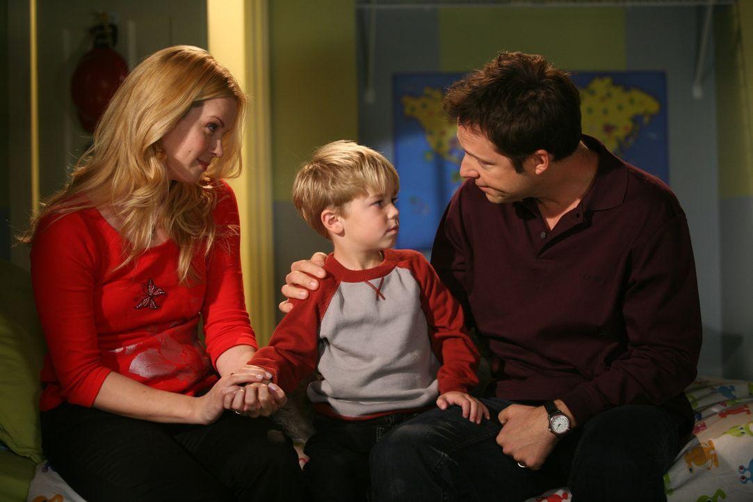 Dennis' (Maxwell Perry Cotton, M.) Eltern (Kim Schraner, l. und George Newbern, r.) müssen mal ein ernstes Wörtchen mit ihrem Chaoskind reden ... - Bildquelle: Warner Bros.