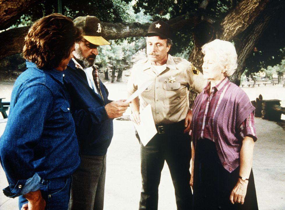 Jonathan (Michael Landon, l.) und Mark (Victor French, 2.v.l.) erfahren vom Sheriff, dass Harvey und Larry vermisst werden - und auch der mysteriös... - Bildquelle: Worldvision Enterprises, Inc.