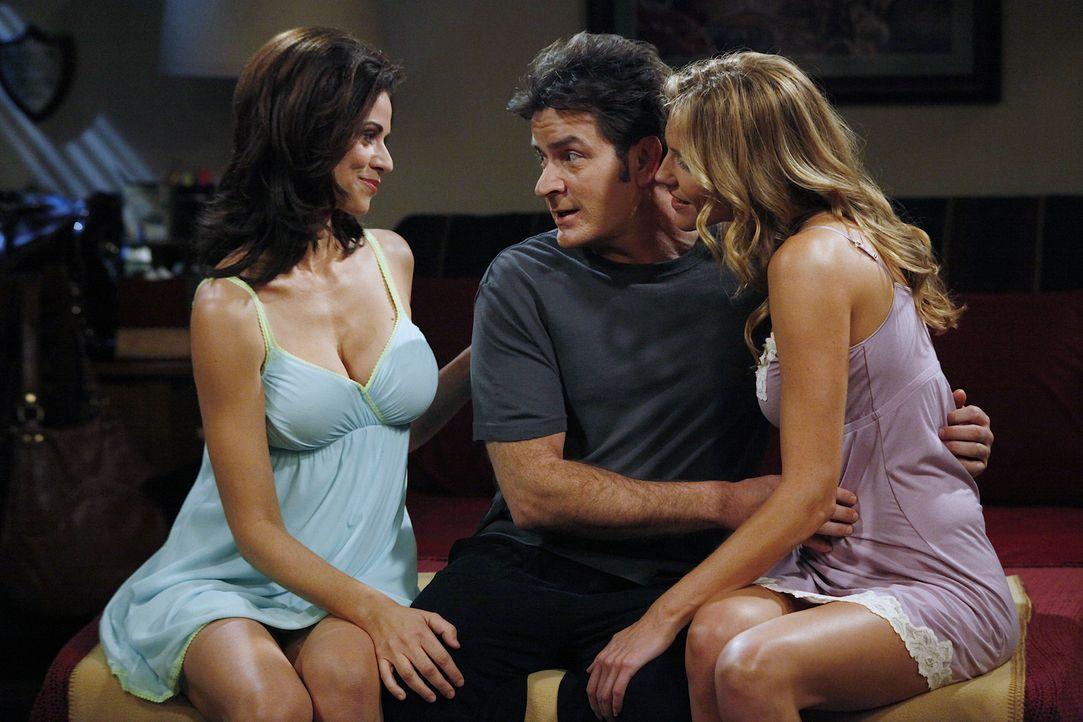 Die Phantasie geht mit Charlie (Charlie Sheen, M.) durch: Gail (Tricia Helfer, r.) und Chelsea (Jennifer Taylor, l.) ... - Bildquelle: Warner Bros. Television