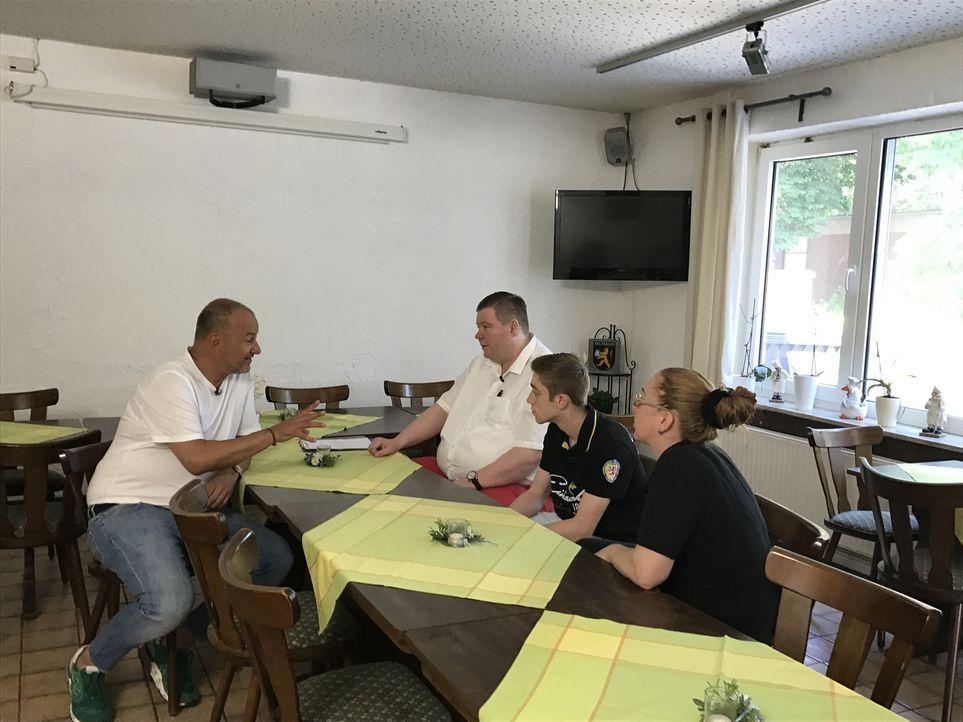 Rosin (l.) erkennt schnell, was im Hotel-Restaurant Heideschänke im Argen liegt: Besitzer Martin Klages (M.), der den Betrieb in dritter Generation... - Bildquelle: kabel eins