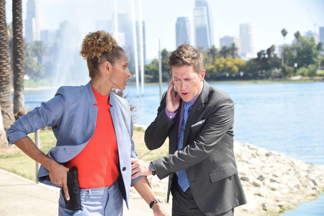 Als Deputy Chief Santos (Michelle Hurd, l.) bei einer brenzligen Geiselübergabe einschreiten will, bekommt Avery (Kevin Rahm, r.) über Funk mitgetei... - Bildquelle: Warner Brothers