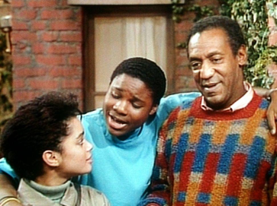Cliff (Bill Cosby, r.) und Theo (Malcolm-Jamal Warner, M.) geben Denise (Lisa Bonet, l.) ein paar Tipps für den Gebrauchtwagenkauf. - Bildquelle: Viacom